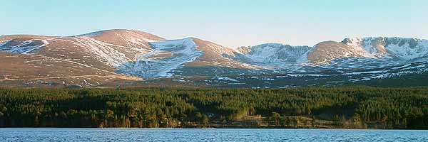 Cairngorms_from_Loch_morlich